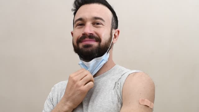 lycklig man vaccinerad - arm bildbanksvideor och videomaterial från bakom kulisserna