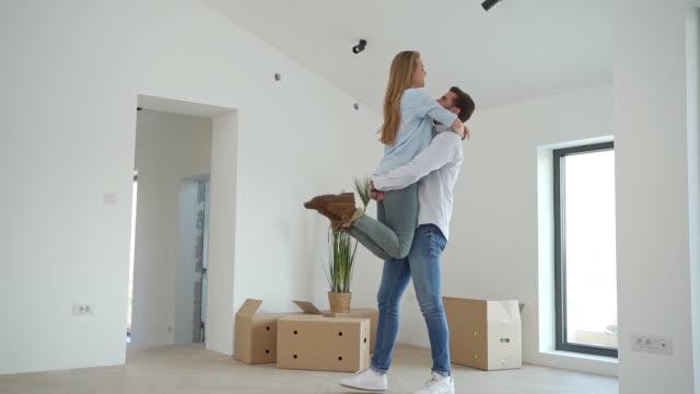 彼らの最初の家の購入を祝う幸せな夫婦 ビデオ