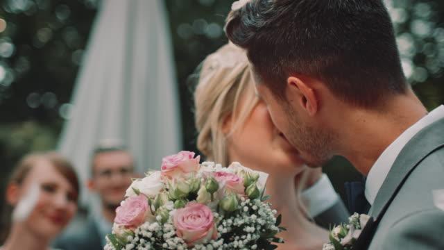 結婚式でキス幸せな夫婦 - 結婚式点の映像素材/bロール