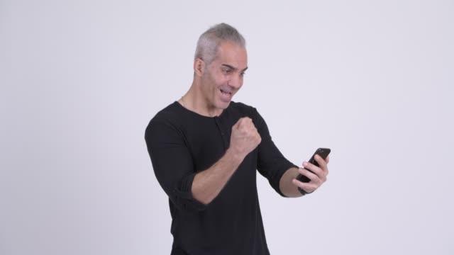 Feliz homem persa maduro usando telefone - vídeo