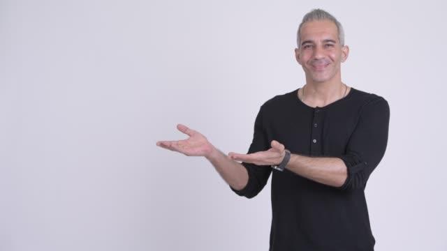 vidéos et rushes de homme persan mûr heureux avec le cheveu gris - un seul homme d'âge mûr