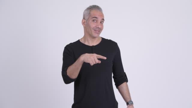 Feliz homem persa maduro com cabelos grisalhos - vídeo