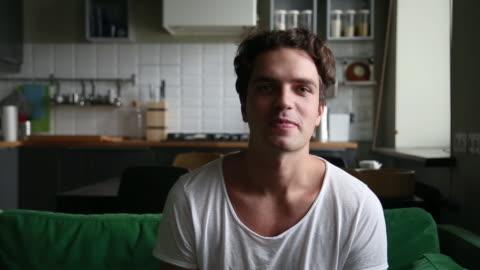 vidéos et rushes de le youtuber de type millénaire heureux parlant l'enregistrement vlog à la maison - parler