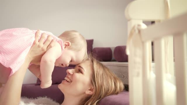vídeos y material grabado en eventos de stock de feliz mamá con niño. la madre disfruta de bebé riendo - nuevo bebé