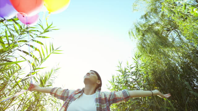 vidéos et rushes de moments de bonheur! - femme seule s'enlacer