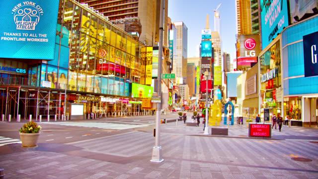 봄의 해피 모닝 타임스 스퀘어 는 대기 재시작 생활과 경제에 잠금 중 - 도시 거리 스톡 비디오 및 b-롤 화면