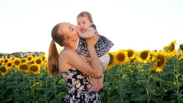 stockvideo's en b-roll-footage met gelukkig moeder en baby zoenen en knuffelen - background baby