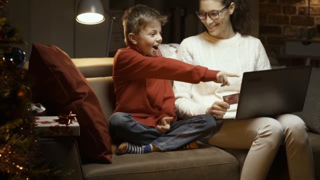 lycklig mamma och hennes son att köpa presenter online - christmas gift family bildbanksvideor och videomaterial från bakom kulisserna