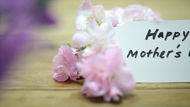 vídeos de stock e filmes b-roll de cartão de feliz dia das mães - flower white background