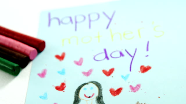 vidéos et rushes de carte de voeux de jour de mères heureux avec des crayons de couleurs - fête des mères