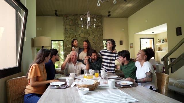 ハッピーマルチジェネレーションファミリー - 親族会点の映像素材/bロール