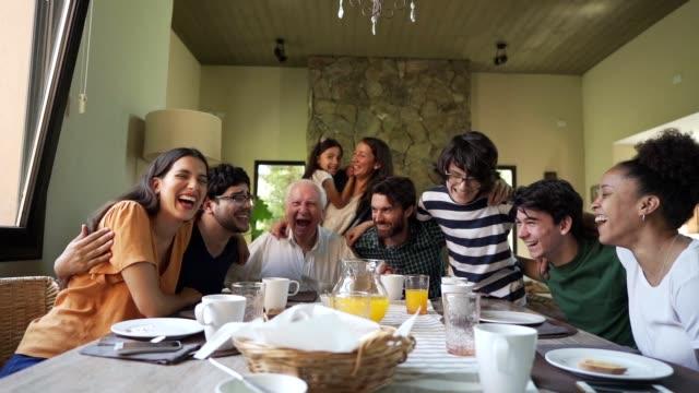 happy multi-generation family - tradycja filmów i materiałów b-roll