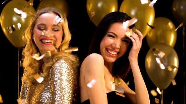 vídeos y material grabado en eventos de stock de felices mujeres multirraciales sonriendo y divirtiéndose en la fiesta bajo la caída de confeti - baile de estudiantes de secundaria