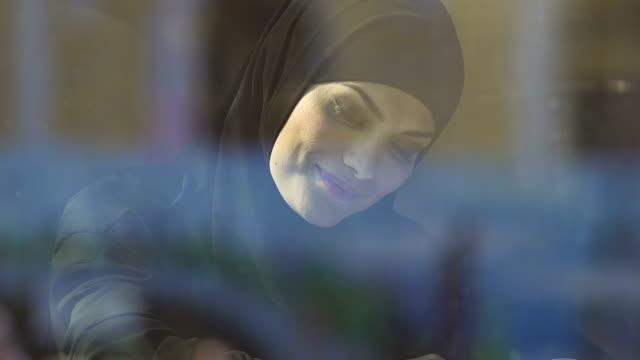 glad muslimah läsebok, tillgänglig utbildning för muslimska kvinnor - anständig klädsel bildbanksvideor och videomaterial från bakom kulisserna