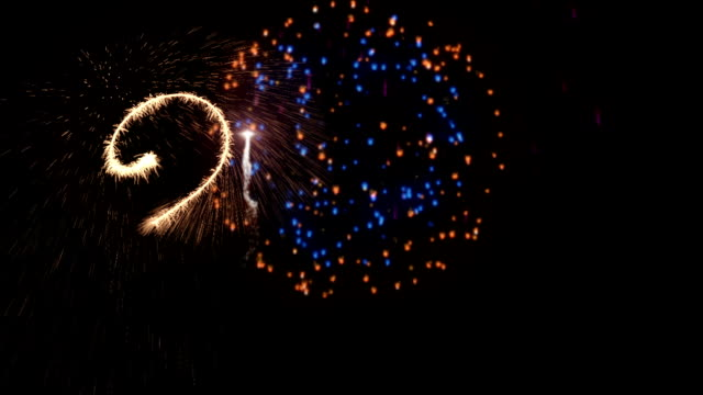 Feliz año nuevo 2018 espumoso con coloridos fuegos artificiales - vídeo