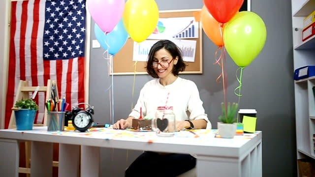 vídeos de stock e filmes b-roll de happy office assistant celebrating birthday - mulher balões