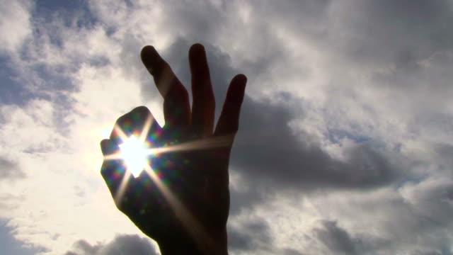 szczęśliwy ok strony i słońce - znak ok filmów i materiałów b-roll