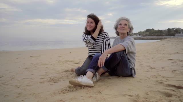 幸せの古い母ハグとキスの美しい大人の娘 ビデオ