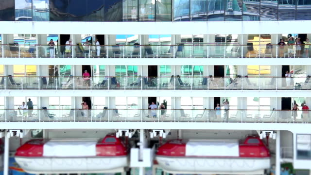 stockvideo's en b-roll-footage met happy passengers - cruise