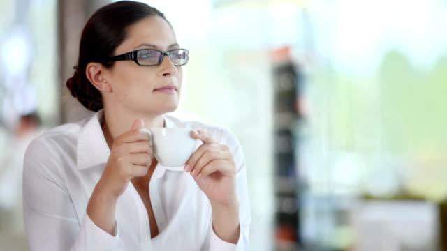 HD DOLLY: Pensativo feliz mulher bebendo café - vídeo