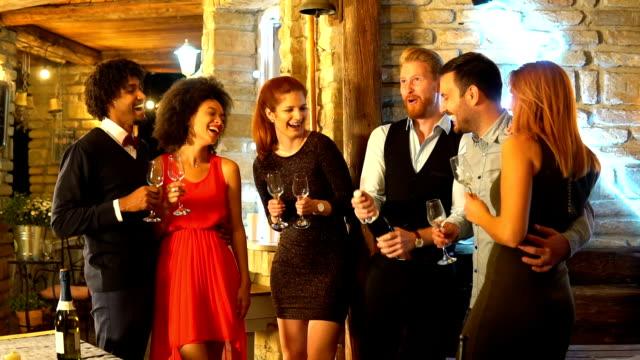 vidéos et rushes de gens heureux célébrant le nouvel an - soirées habillées