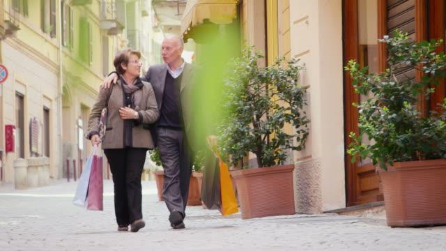 행복함 직원관리, 여가생활, 라이프스타일, 연장자, 노인, 올드맨, 여자 장보기를 - 와이드 샷 스톡 비디오 및 b-롤 화면