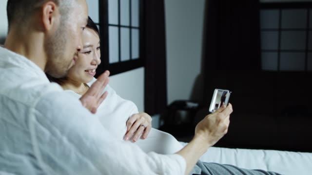 幸せな妊娠カップル ビデオ通話 ビデオ