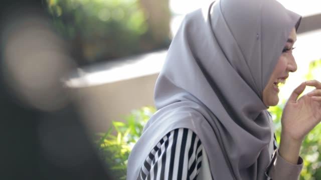 glad ganska muslimsk kvinna leende med hijab - anständig klädsel bildbanksvideor och videomaterial från bakom kulisserna