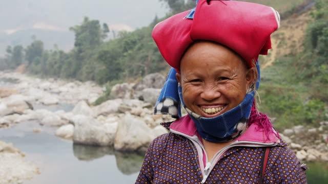 vídeos de stock e filmes b-roll de feliz mulher vestindo tradicional vermelho dao headress, sapa, vietname - etnia