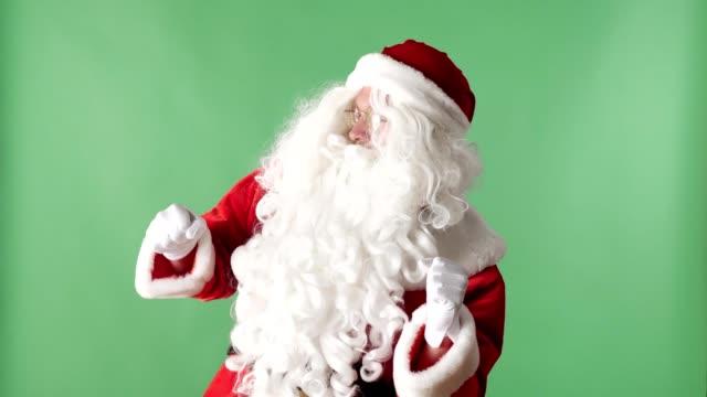 happy santa claus tanzen grüne chromakey im hintergrund - weihnachtsmann stock-videos und b-roll-filmmaterial
