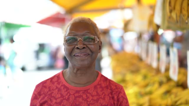 glücklich senior afrikaner frau portrait - brasilianischer abstammung stock-videos und b-roll-filmmaterial