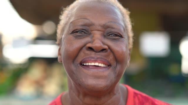 vídeos de stock, filmes e b-roll de retrato de mulher feliz etnia africana sênior - agradecimento