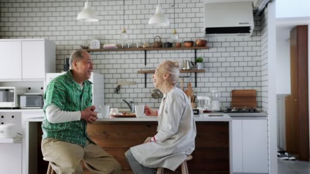 Gelukkig Senior Japans paar genieten in de keuken video