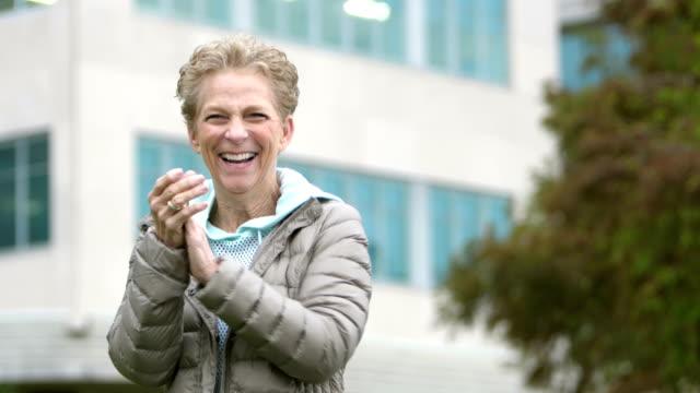 年配の女性が笑いながら、ジェスチャー、興奮して幸せです - 上半身点の映像素材/bロール