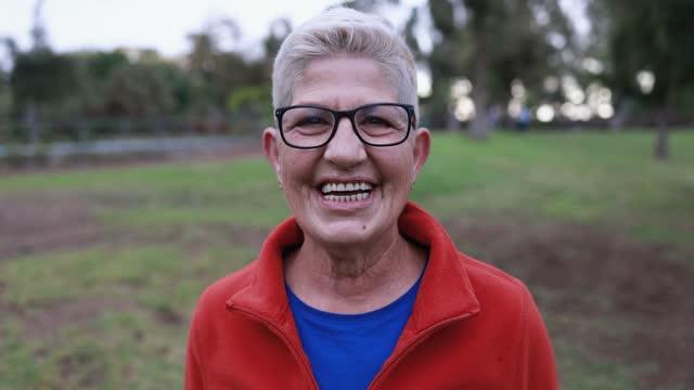 vídeos y material grabado en eventos de stock de feliz mujer mayor sonriendo en cámara - cabello corto