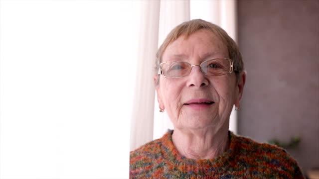 vídeos de stock e filmes b-roll de felizes mulheres idosas - old lady