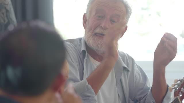 lyckliga seniorer vänner - fritidsaktivitet bildbanksvideor och videomaterial från bakom kulisserna