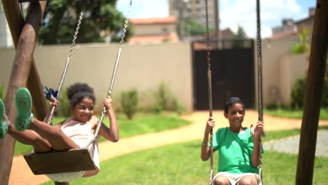 幸せな兄弟スイング - ブラジル文化点の映像素材/bロール