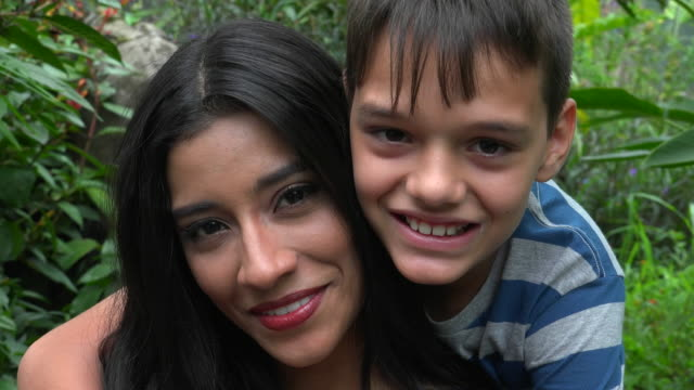Feliz mãe e o filho adolescente solteiro - vídeo