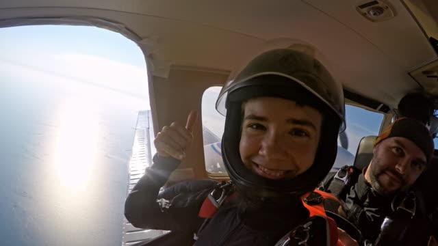 счастливый парашютисты на плоскость - скайдайвинг стоковые видео и кадры b-roll
