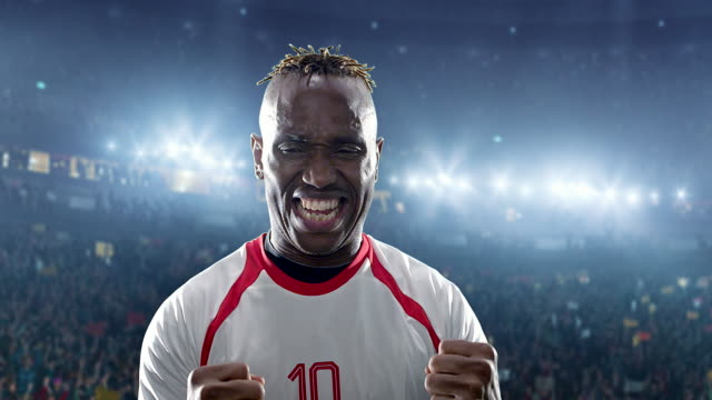 glücklich fußballspieler auf einem fußballstadion - sportliga stock-videos und b-roll-filmmaterial