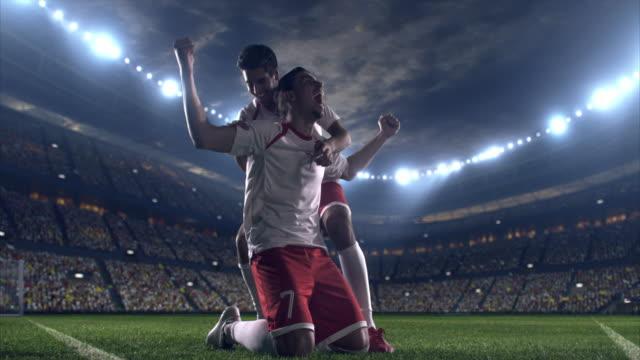vídeos y material grabado en eventos de stock de feliz jugador de fútbol - fútbol