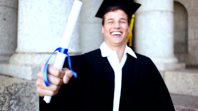 счастливая студентка держит свой диплом - кепка стоковые видео и кадры b-roll