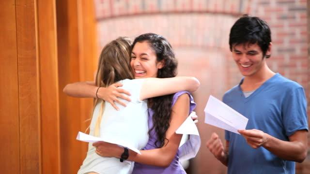 studenti felici di ricevere una buona notizia - esame università video stock e b–roll