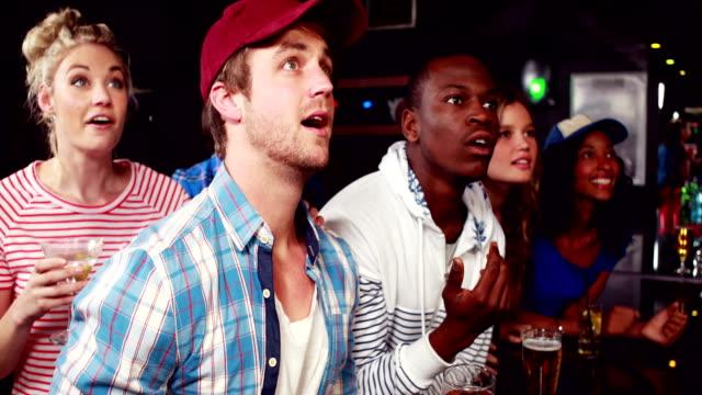 bir barda mutlu destekçileri - bar stok videoları ve detay görüntü çekimi