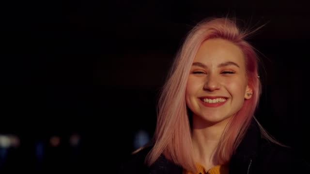 stockvideo's en b-roll-footage met gelukkig tiener meisje glimlachend - roze haar