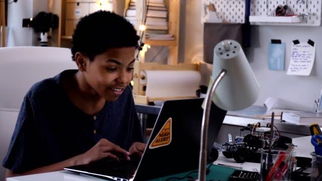 vídeos y material grabado en eventos de stock de feliz video chats adolescentes mientras que la construcción de vehículos robóticos - escuela media