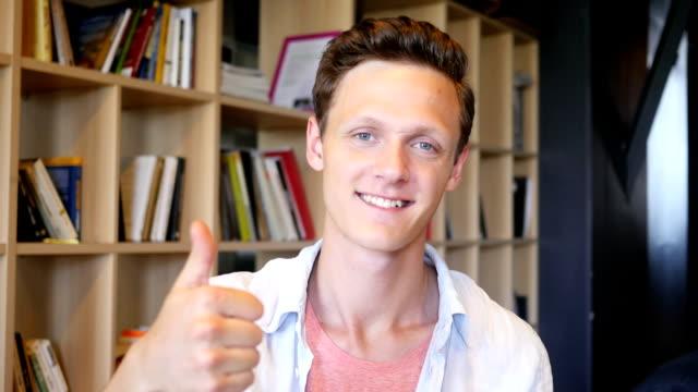 Glücklich teenager zeigt Daumen hoch – Video