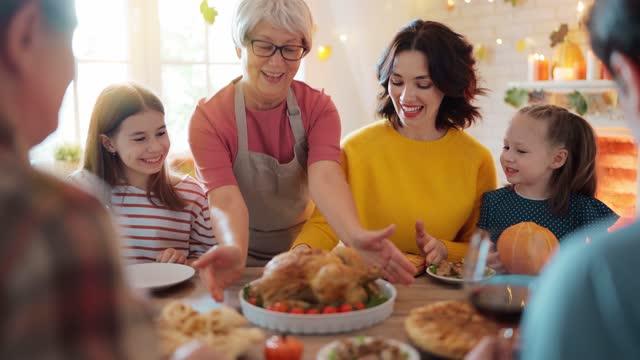 vidéos et rushes de joyeux jour de thanksgiving! - banquet