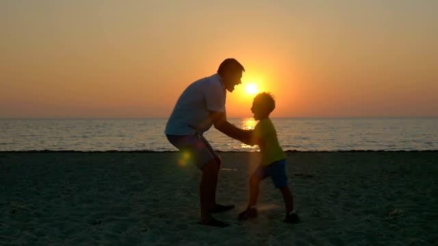 幸せな時間に人気のパパ - 親族会点の映像素材/bロール